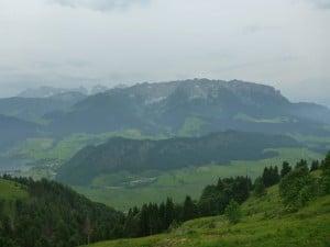Oberhalb der Hitscheralm links unten der Walchsee mittig das Kaisergebirge